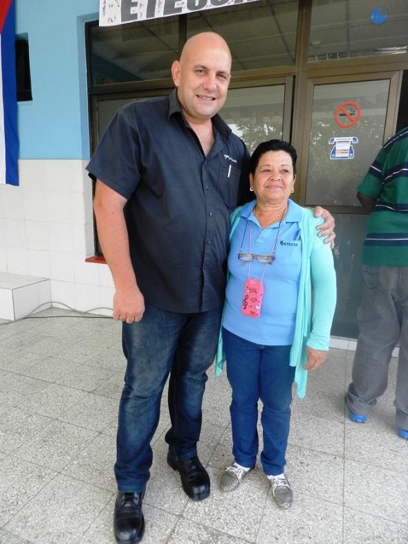 Secretario del PCC en Santa Criz del Sur con trabajadora destacada.