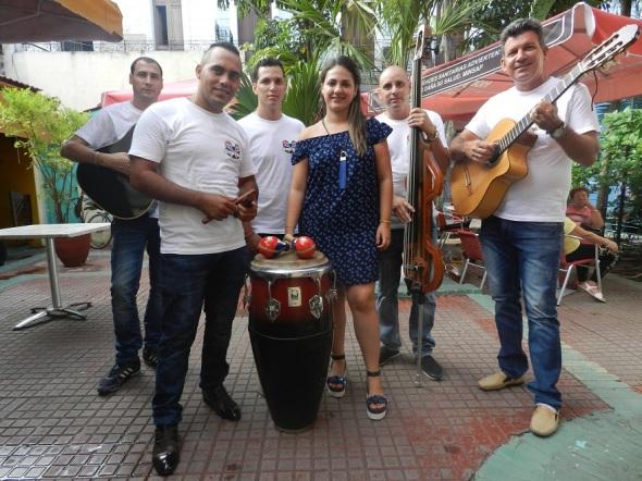 El Sexteto Son Iré  pone a disposición de forasteros y lugareños  música tradicional cubana. Foto Lázaro David Najarro