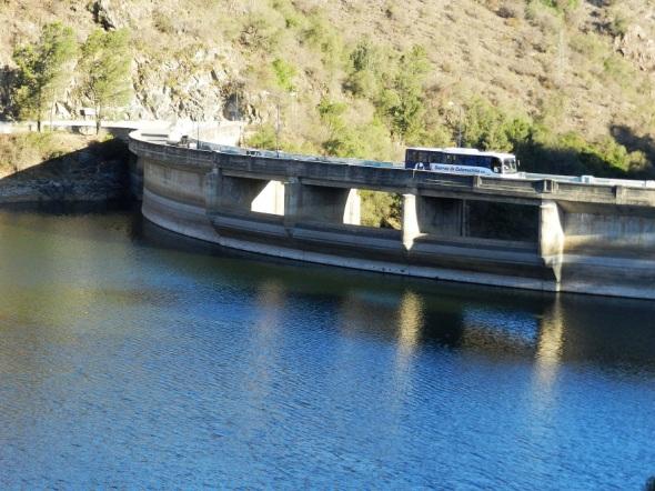 Dos carreteras que bordean las laterales del lago disfrutando de la armonía y los encantos del paisaje