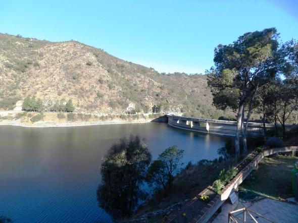 El Lago de aguas cristalinas se alimenta principalmente de cuatro grandes rí