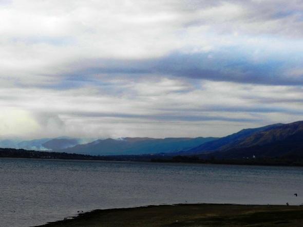El lago es beneficiado por las aguas  de los ríos Arroyo Los Chorrilos, Cosquín, Arroyo Las Mojarras y San Antonio