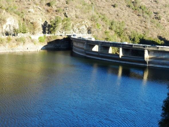 El muro del dique es de 60 metros de altura, 240 metros de longitud