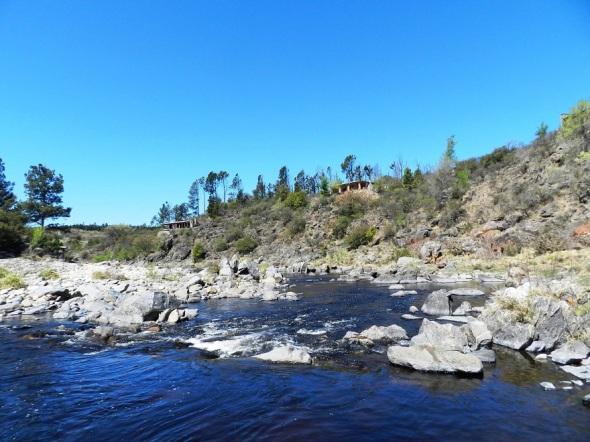 Hermoso paraje desde donde se puede apreciar una espléndida vista al lago, al rio y a las sierras