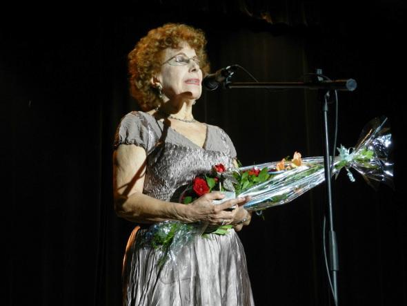 Alicia cuando se le otorgaba en la ciudad de Camagüey, el Premio Nacional de Enseñanza Artística