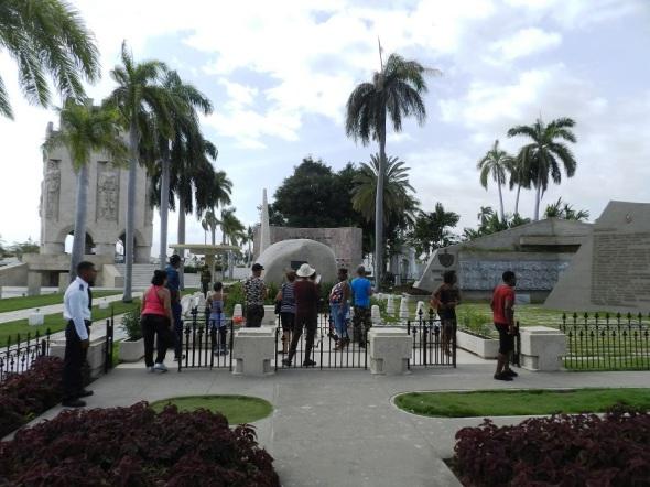 Desde diversas partes del mundo vienen a venerar al líder histórico de la Revolución cubana, Fidel Castro Ruz