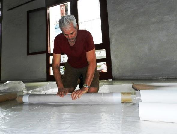 El artista estadounidense del lente Thomas Ferrella en momento del montaje de la exposicon 1 Mundo