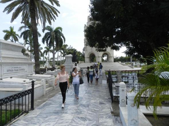 En Santa Ifigenia, Monumento Nacional, por el valor histórico, arquitectónico y cultural que atesora, también reposan los restos del Héroe Nacional de Cuba, José Martí,  y los compañeros de Fidel