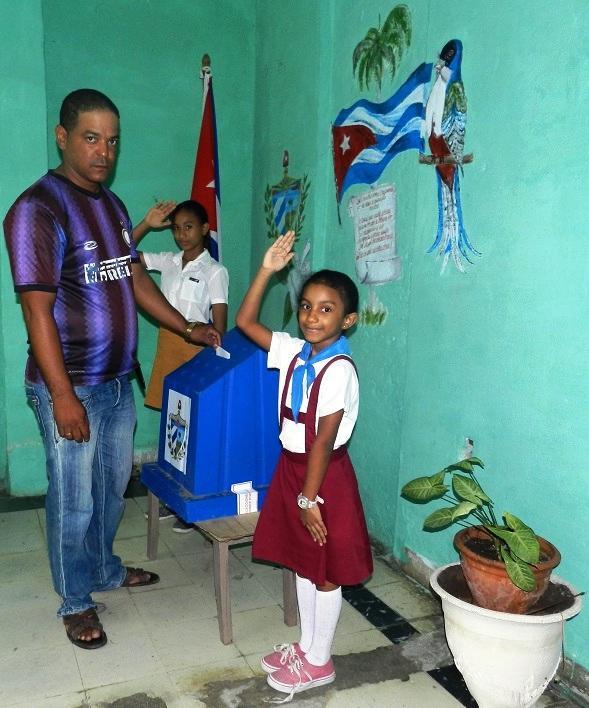Las urnas son custodiadas por los niños.