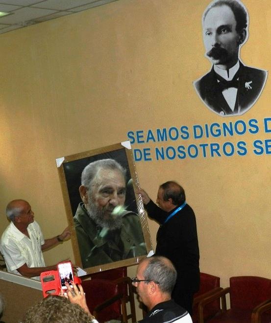 Le entregaron un cuadro con la imagen del Comandante en Jefe, Fidel Castro