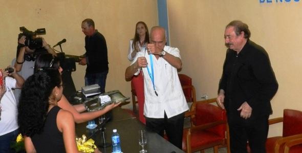 Otorgan Placa Conmemorativa 50 Aniversario de la Educación Superior en Camagüey a catedrático Ignacio Ramonet
