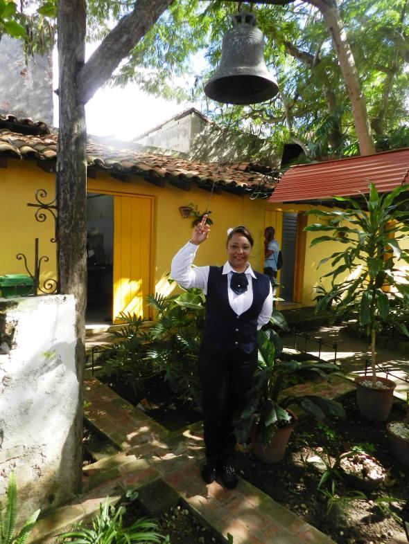 Quienes arriban al restaurante Campana de Toledo es recibido y despedido con el toque de la campana del patio interior