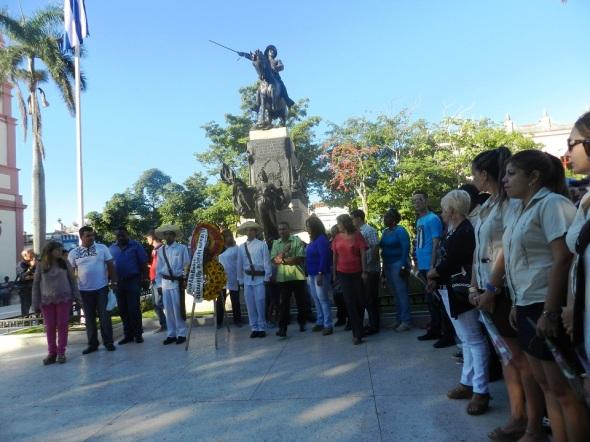 Ante el monumento ecuestre a El Mayor, se depositó una ofrenda floral