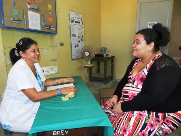 Arminda Monzón Martínez, técnica de atención estomatología del Departamento de Consejería Bucal de la Clínica Mártires de Pino 3