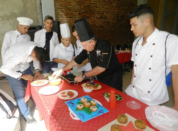 Carlos Villarreal y sus alumnos en la preparación de los platos, Foto Lázaro D. Najarro Pujol