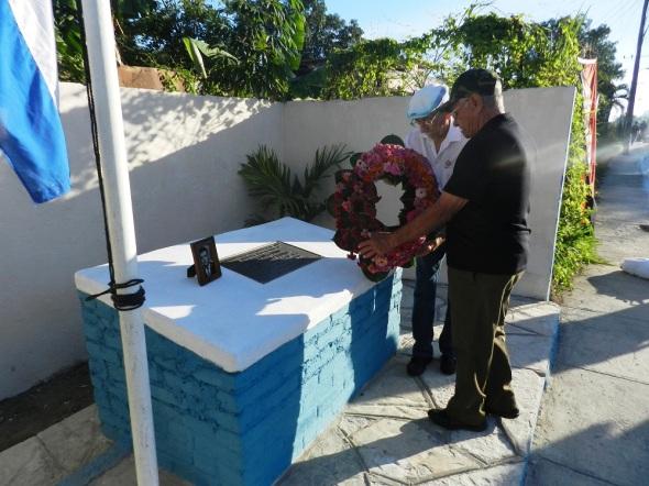 Combaiemnytes depositan ofrena floral a Rodolfo Ramírez Esquivel y Domingo López Loyola