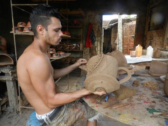 En el Taller de Cerámica de Enrique Jesús Cerulia Pérez en Camagüey se fabrican una amplia gama de piezas