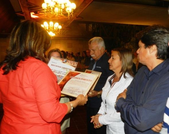 Isabel González, distingue a trabjadores OHCC.Foto Lázaro D. Najarro