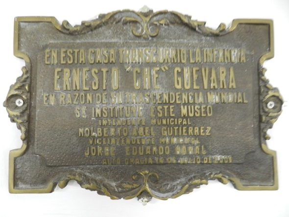 Placa que recuerda estancia de la familoia Guevara en la casa