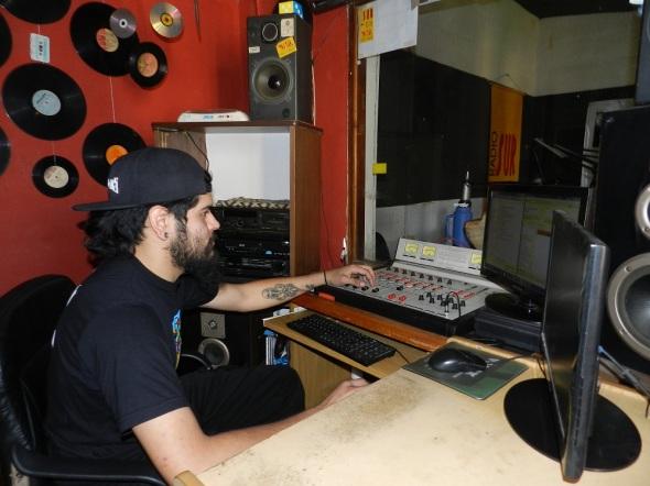 Realizador de sonido Radio Sur. Foto Lázaro Najarro Pujol