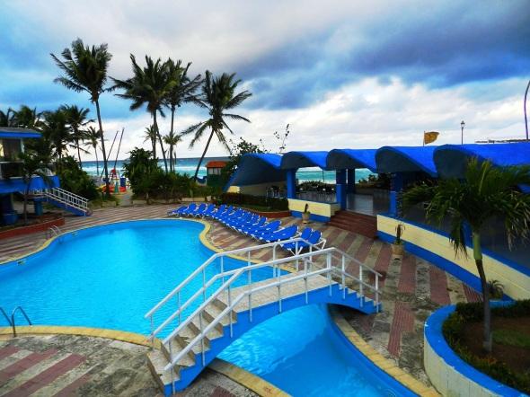 El Hotel Atlántico cuenta con una gran piscina, la cual cuenta con el área para los niños
