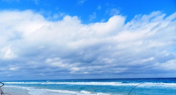 La playa distingue por su fina arena blanca y el mar azul turquesa