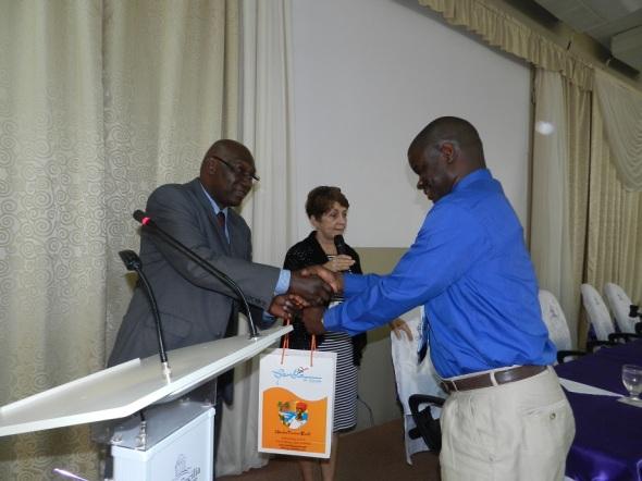 Momentos de entrega de donativos de libros y revistas