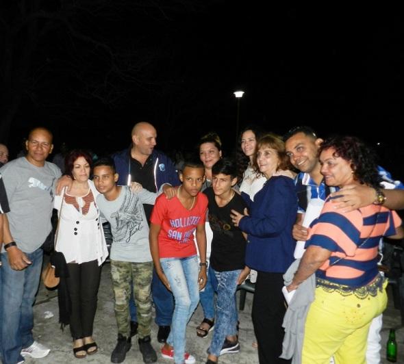 Con familiares y niños que participaron en el filme