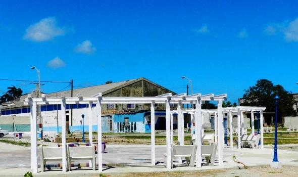El Malecón cuenta con el área exterior que tiene bancos, luminarias
