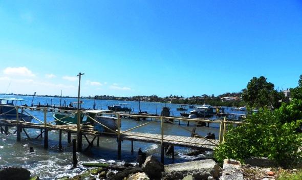 Un paisaje marino de excepcional belleza con pequeñas embarcaciones fondeadas
