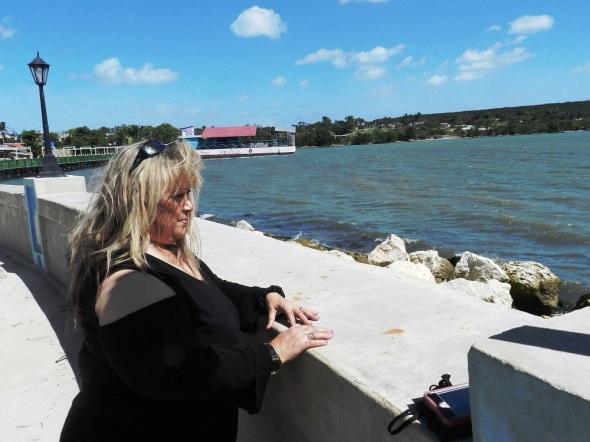Una brisa suave se percibe en una mañana soleada, donde los visitantes observan el mar