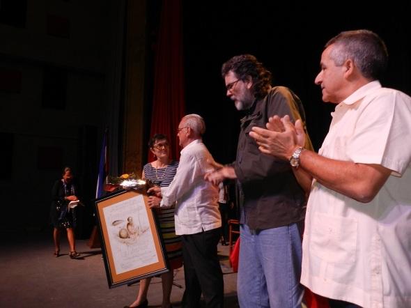 Abel Prieto Jiménez entrega el premio a Luis Álvarez