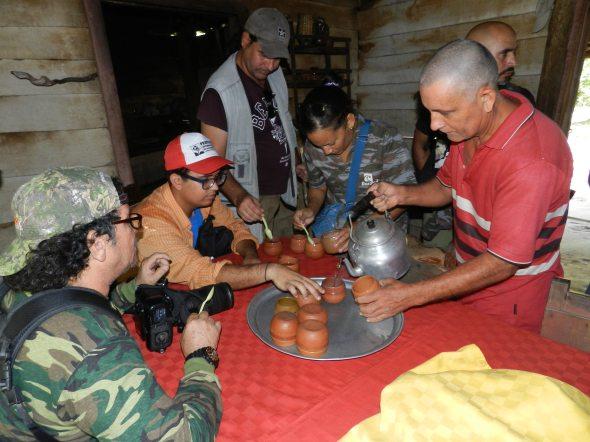 Al llegar al Bohio, como parte de la constumbre campesina se brinda gratuítamente un estimulate té de plantas medicinales