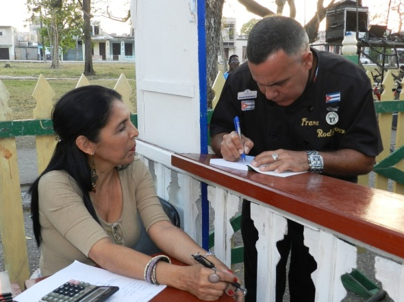 Chef Frank Rodríguez Pino dedica su libro en la feria de Camagüey