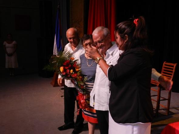 Luis Álvaarez recibe la Réplica del Escudo de la Provincia agramontina