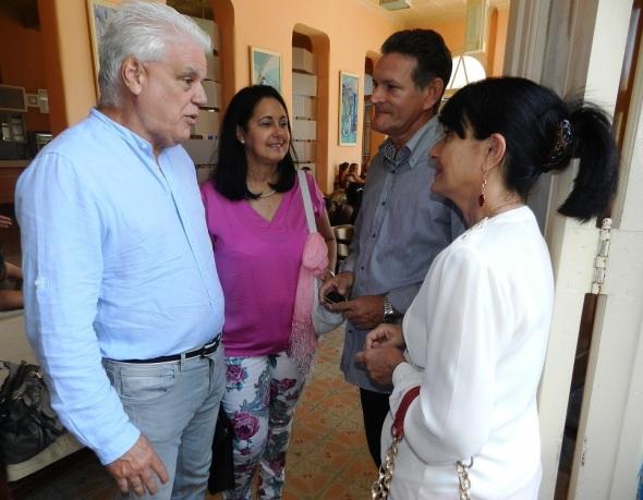 Ramón Ezequiel Sanchez intercambia con colega