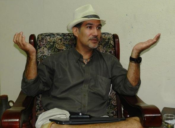 El curador y crítico de arte Pavel Alejandro Barrios