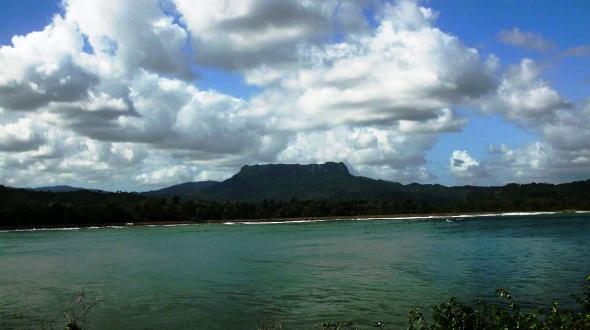 El Yunque de Baracoa se complementa con una comarca cubierta de tupido follaje