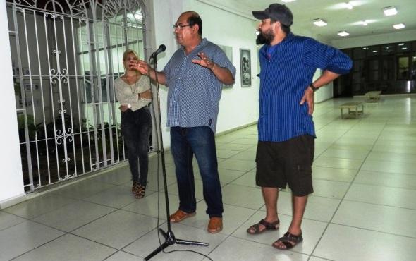 En la foto el curador Juan Carlos mejia y el artista