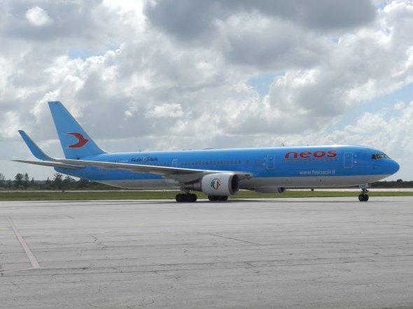 Boening 767-300 ER de la línea aérea NEOS procedente de Milán