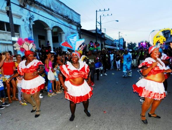 La presencia del espectáculo de las Voluminosas de Santiago de Cuba le impregnó novedad al paseo del San Juan