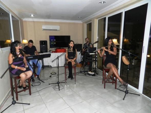 Las noches románticas son animadas por el grupo musical Costa Blanca