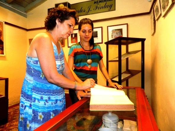 María del Carmen Pontón, directora de la Casa Museo Carlos J. Finlay y la joven especialista Rosa María Lacaba Yrahola