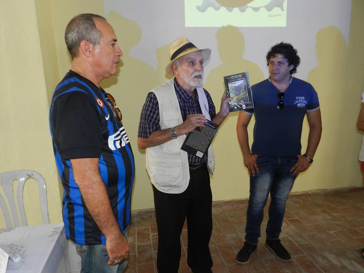 Ángel Graña González entrega premios a los ganadores del concurso de fotografia de naturaleza