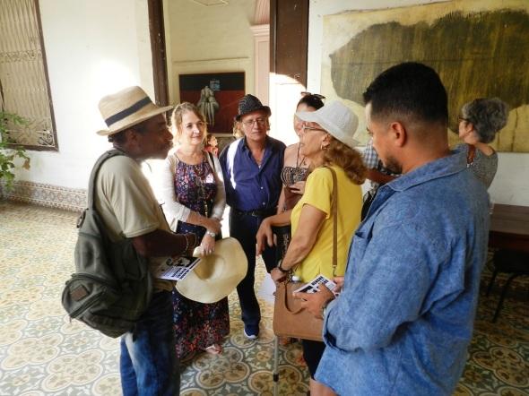 El autor intercambia con especialistas cubanos de diseño