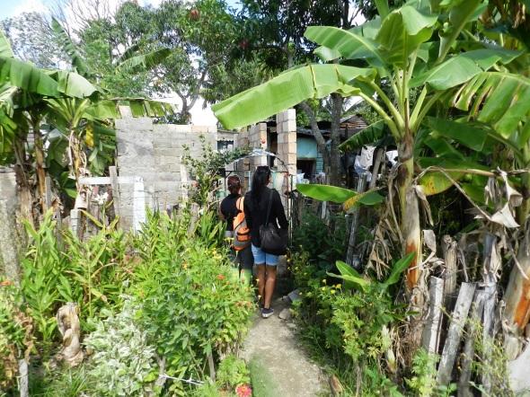 Integrantes de la comisión visita una vivienda paralizada por morosidad del albañil.