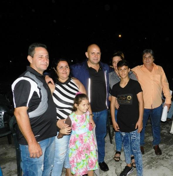 Con la familia del niño que interpetó uno de los personajes principales ahora ya adolescente