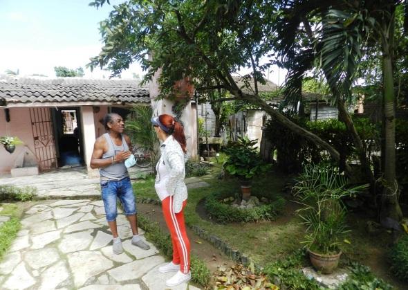 El patio es escenario donde están plantados orquídeas y árboles frutales que atiende todos los días antes de comenzar su faena como creador