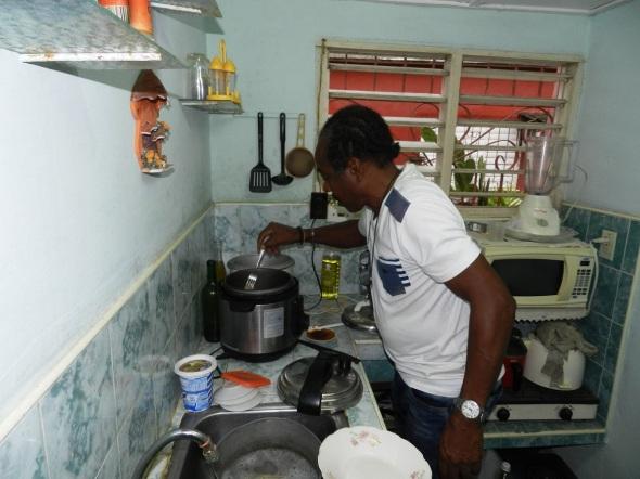 Pero además de pintar, a Rodrick Dixon Gently le fascina preparar platos culinarios de Jamaica y Cuba