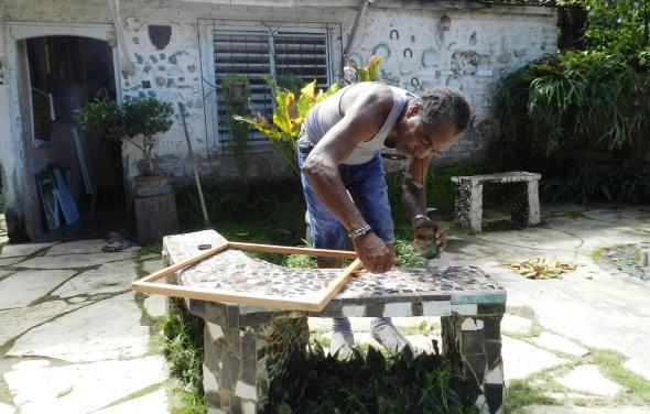 Rodrick Dixon Gently fabrica los marcos de sus cuadros