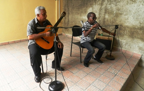 Simón Roberto, acompañado a la guitarra por José Faez